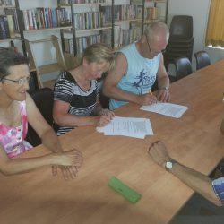 Voorzitter en secretaris tekenenehet contract